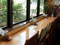 窓の外を眺められるカウンター席