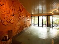 天女が舞う石彫壁浴場
