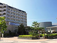 小松駅から見たハイパーホテル(左)と こまつ芸術劇場うらら(右)