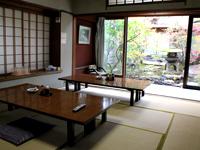 老松の庭を望める食堂