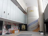 九谷焼のタイルで装飾された 大ホールホワイエ