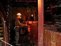 坑内の作業の様子
