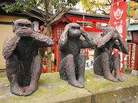 「見ざる、聞かざる、言わざる」の3猿の石像