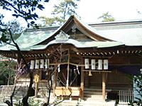 祭礼時の社殿前面の風景