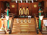 社殿の中。鎌倉時代の狛犬も。