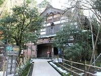 白山麓の旧家を移築した「普門閣」。中には宝物館も。