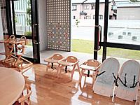 年齢・月齢に合わせたさまざまな椅子を用意